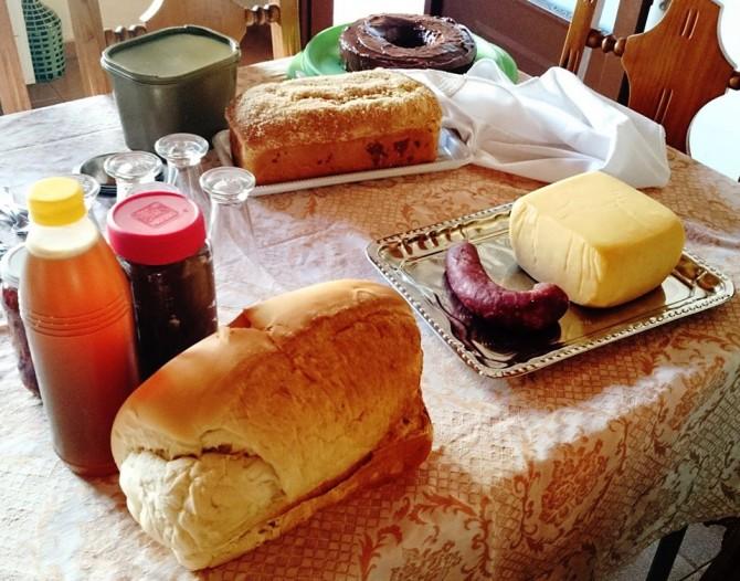 Paes caseiros, queijo, embutido