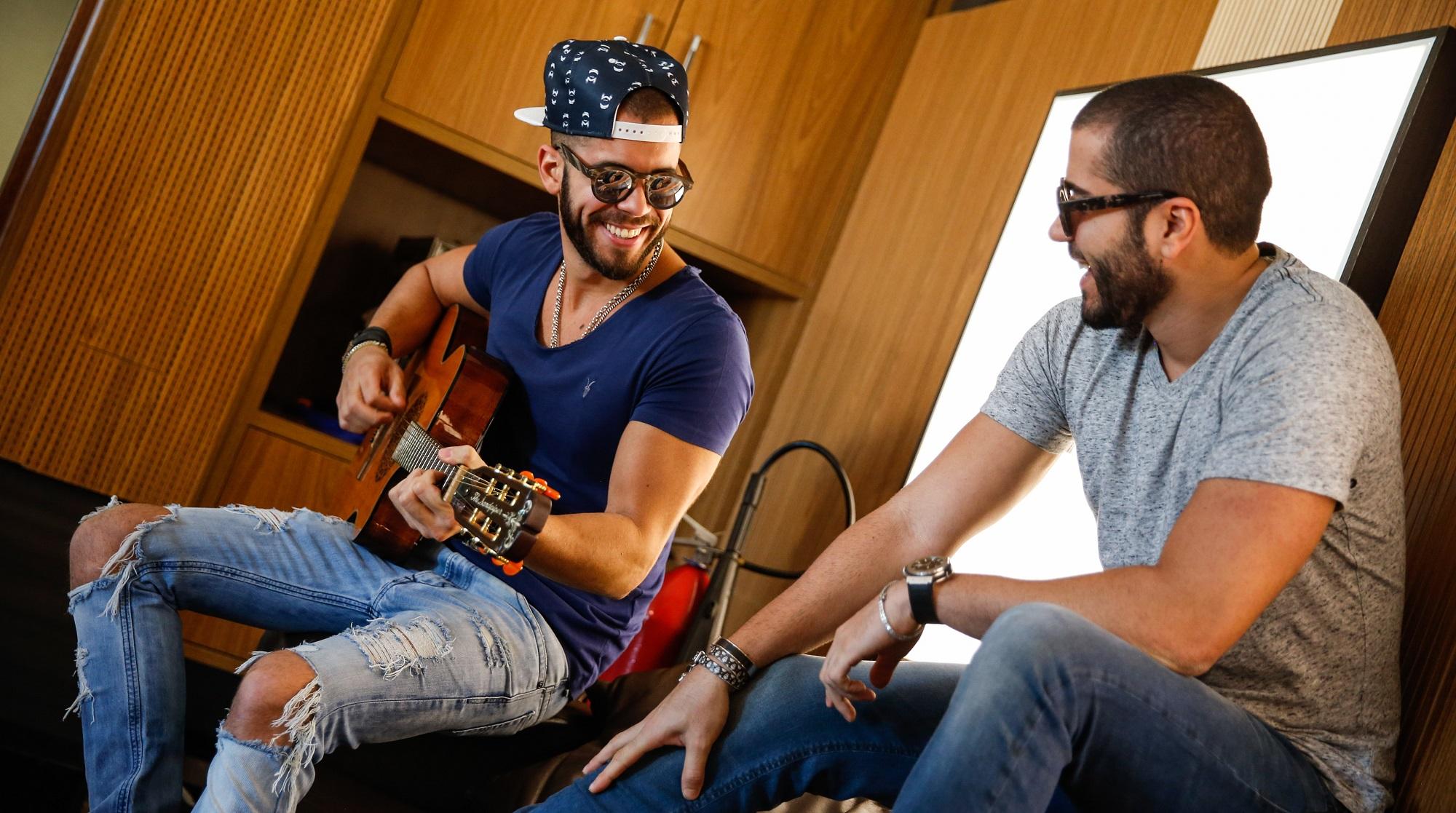 """12 de Julho de 2016, Os volistas da banda Oito7Nove4, Rafael Marques e Filipe """"Pipo"""" Marques, posam para fotos em seu esudio na cidade de salvador, bahia, para o fortal 2016."""
